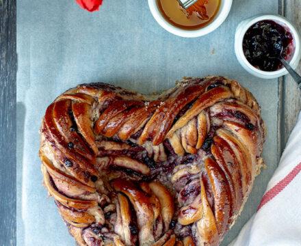 Il babka ebraico con cuore di marmellata