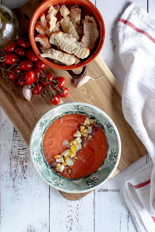 zuppa fredda con uova sode e prosciutto