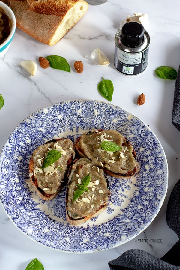 bruschetta siciliana con melanzana mandorle e basilico